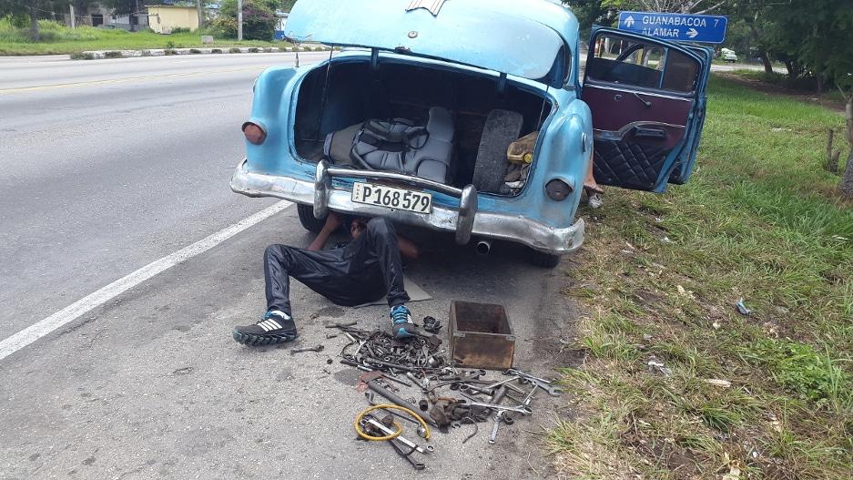 vieux taxi cubain en panne