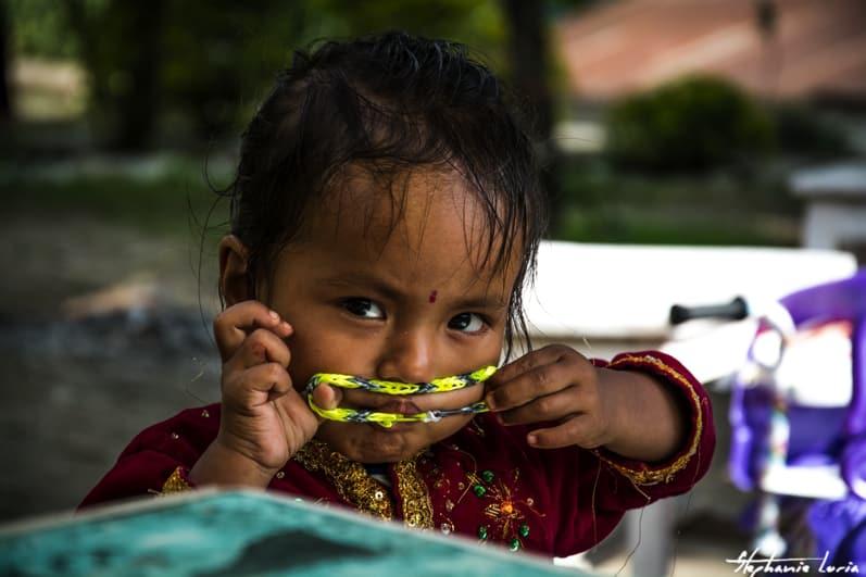 Distribuation de bralecelets au nepal01