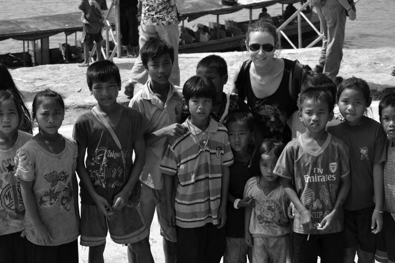 moi avec plein d enfant au laos