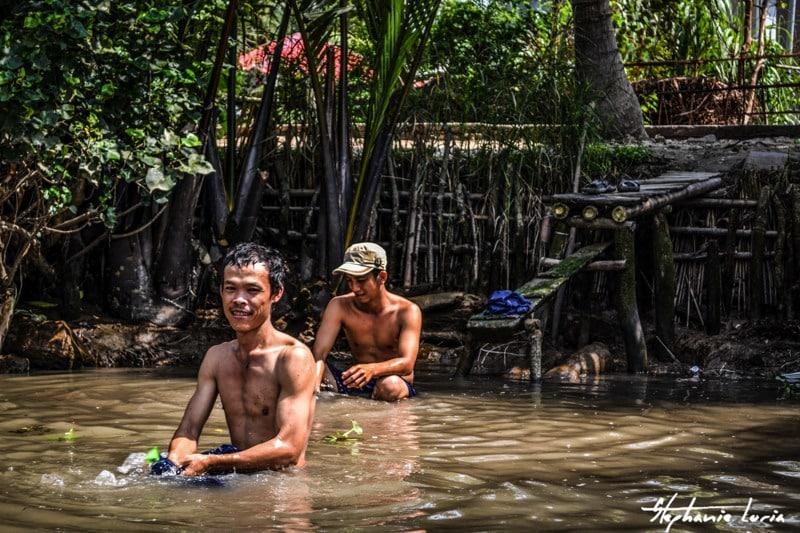 douche facon vietnamienne dans le delta du mekong